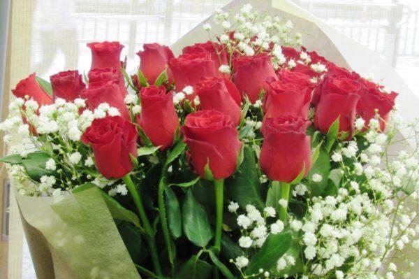 赤系30本とかすみ草の花束