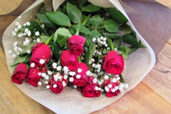 赤薔薇10本とかすみ草の花束