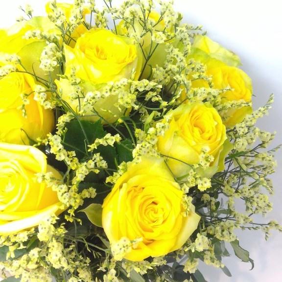 黄色い薔薇とかすみ草のアレンジメント