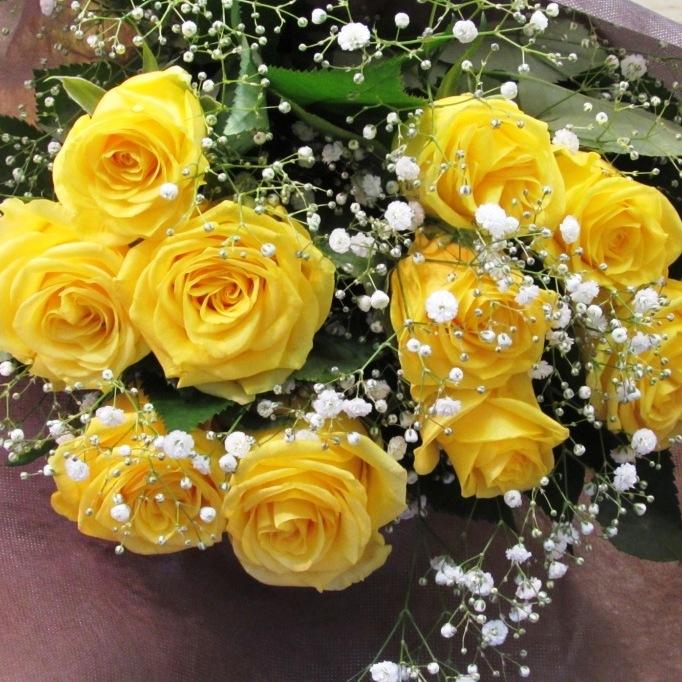 黄色いバラと小花の花束