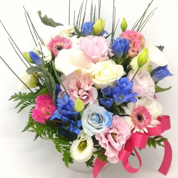 青色の花を差し色にしたおまかせワンサイドアレンジメント