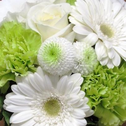 百合の入った豪華なフラワーアレンジメント-白グリーン系