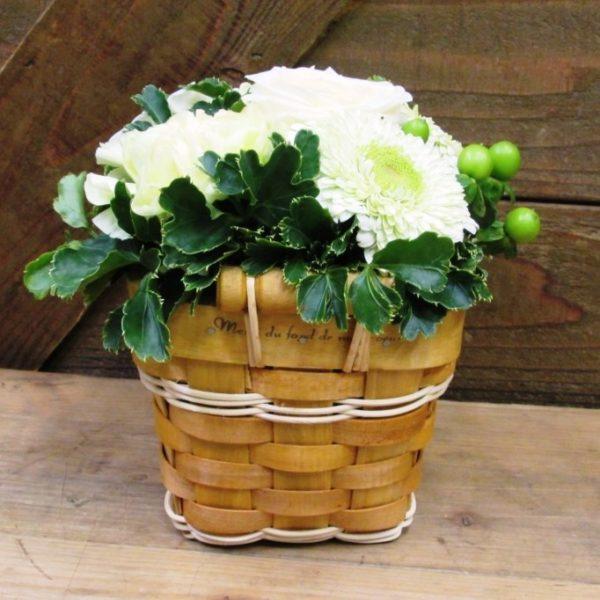 木製パニエバスケットのアレンジメント白グリーン系