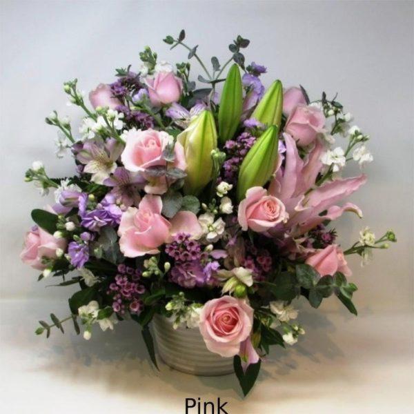 百合の入った豪華なフラワーアレンジメント-ピンク系