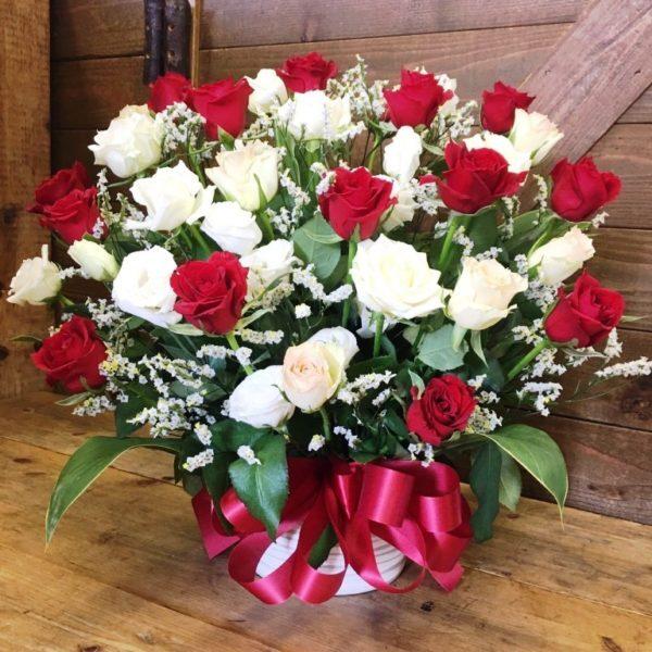 赤い薔薇と白い薔薇の豪華なアレンジメント