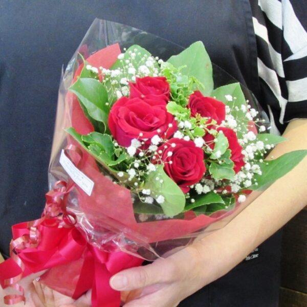 赤薔薇とかすみ草の可愛いブーケ