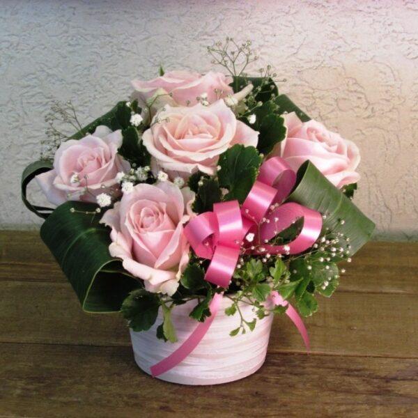 ピンクのバラとかすみ草のアレンジメント
