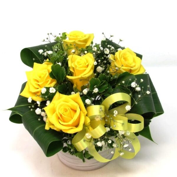 黄色いバラとかすみ草のアレンジメント