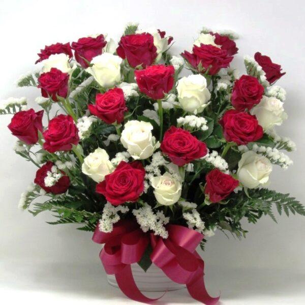 赤薔薇と白薔薇のアレンジメント