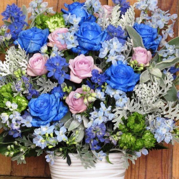 青い薔薇の入ったアレンジメント
