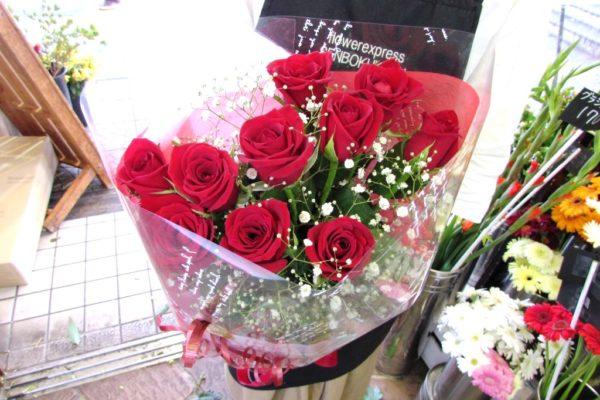 赤薔薇とかすみ草の花束