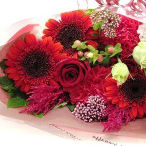 季節のお花たっぷりおまかせ長い形の花束 -赤系