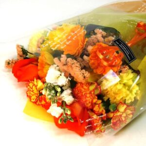 季節のお花たっぷりおまかせ長い形の花束 -黄色オレンジ系